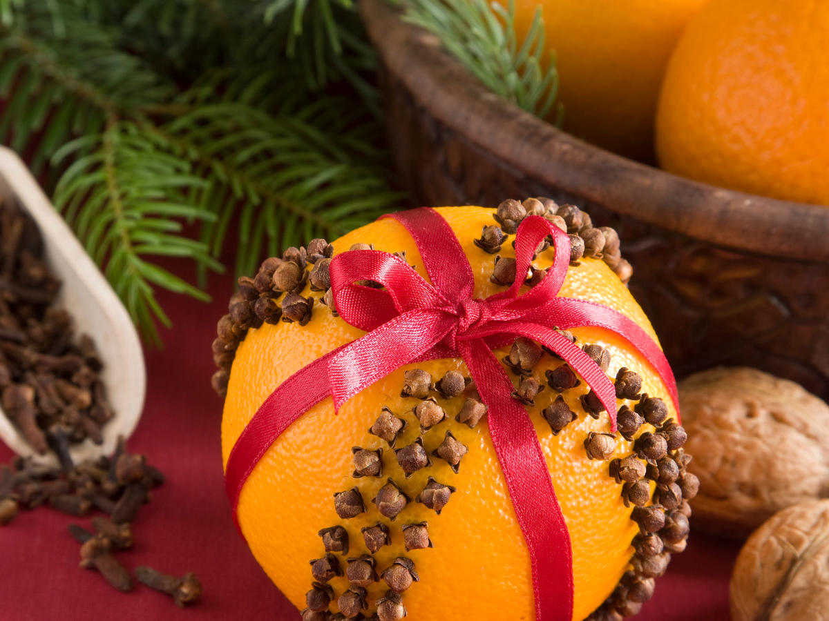 1611w-getty-orange-pomander-christmas.jpg