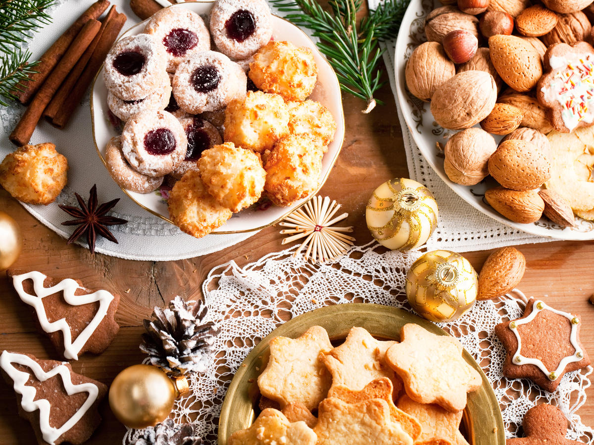 Avoiding Plastic? 7 Christmas Cookie Tray Alternatives That Can Be Reused Year Round