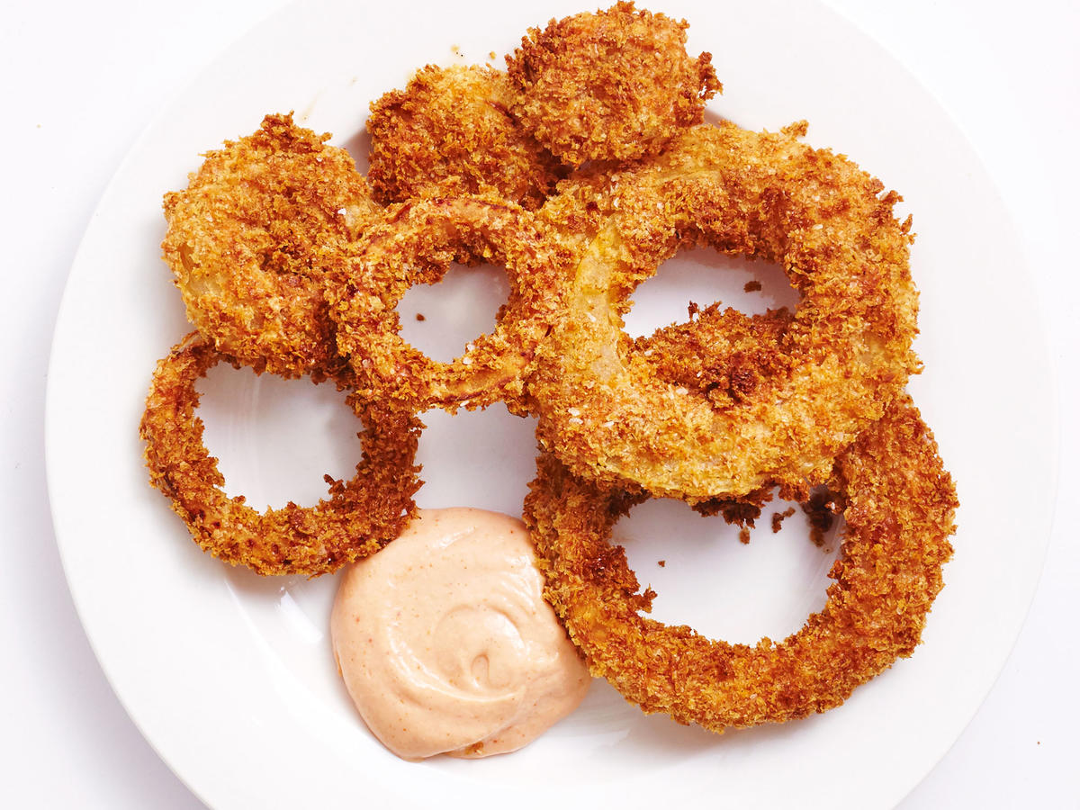 These Crispy Air-Fried Onion Rings With Comeback Sauce Have 1g Sat Fat