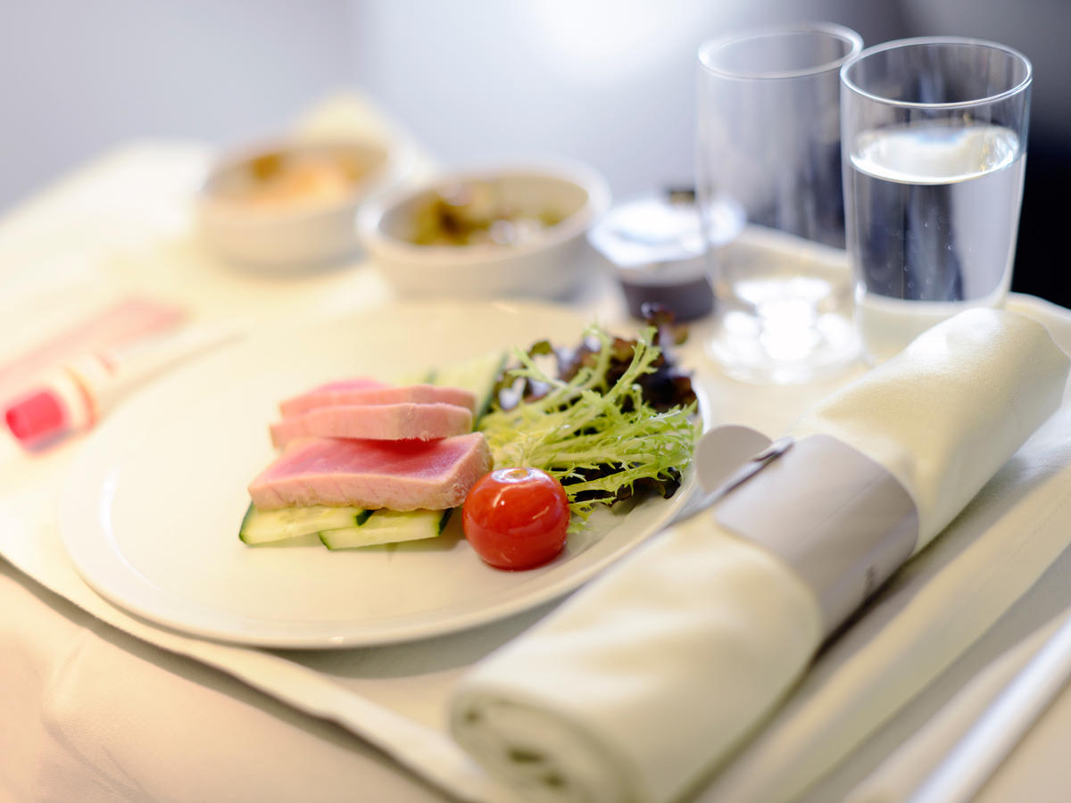 Here's How to Get the Healthiest Airline Meal When Traveling