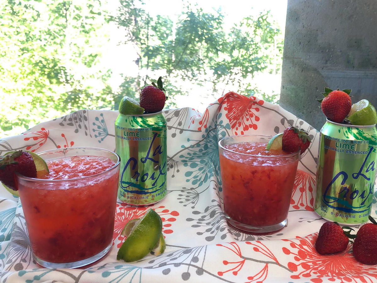 How to Make an Easy and Light Strawberry Daiquiri Using Lime LaCroix