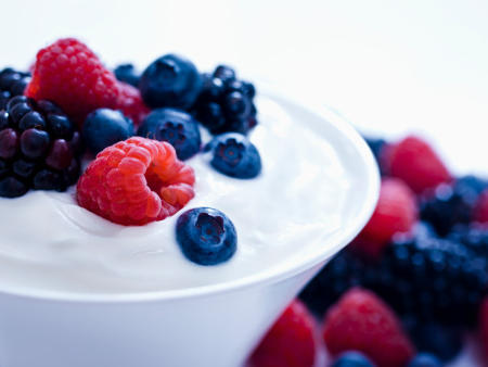 yogurt-berries-best-foods-for-flat-abs