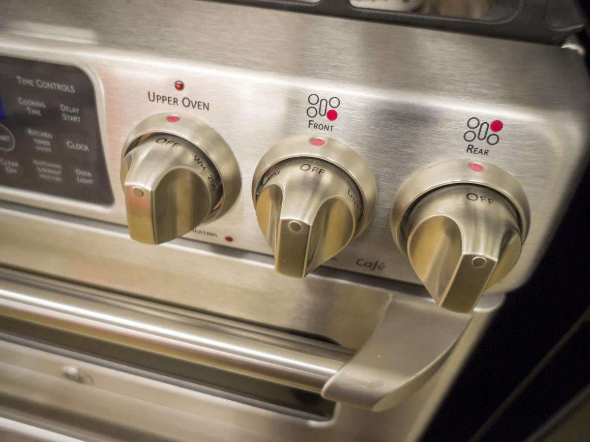 Here's Why You Should Always Take a Photo of Your Stove Before You Go on Vacation