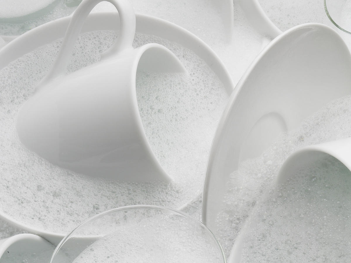 Is It Better to Use the Dishwasher or Hand-Wash Your Dishes?