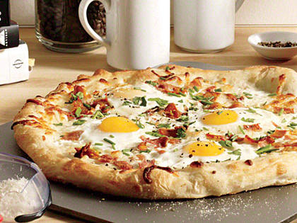 eggs-bacon-breakfast-pizza.jpg