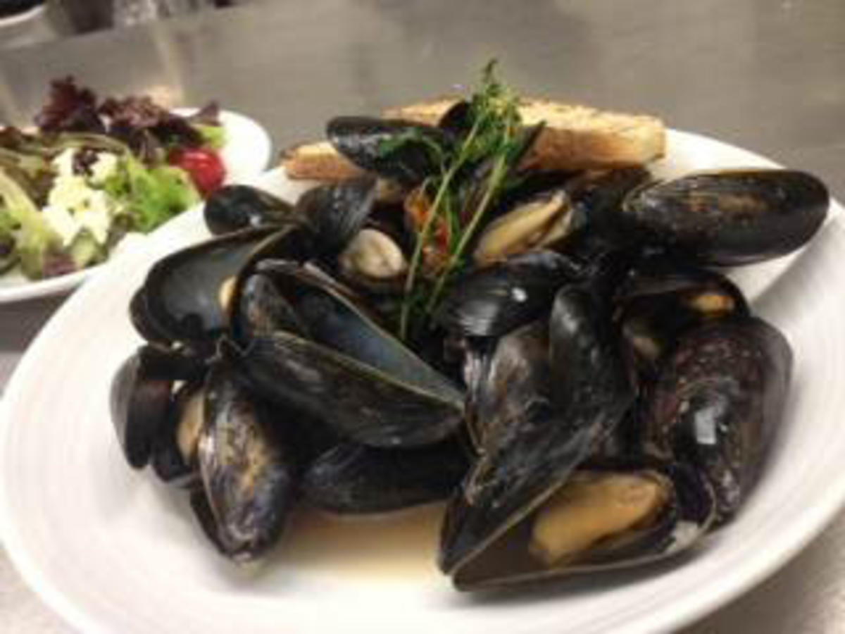 mussels-garlic-broth.jpg