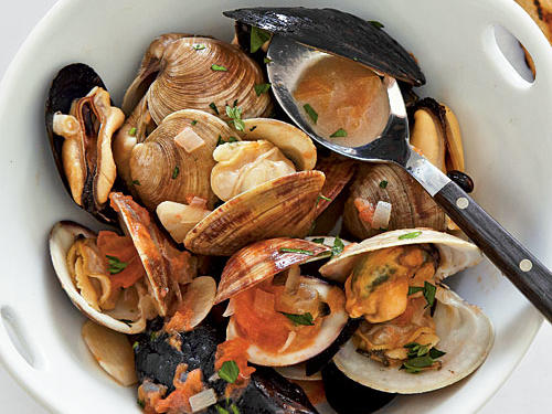 Infuse fresh mussels and clams with the sweet, smoky flavor of applewood chips for a tantalizingly unique grilled seafood dinner. A white wine sauce reduction featuring clam juice and reserved liquor turns this dish into a truly extraordinary entrée. Serve with grilled bread and a mixed green salad.