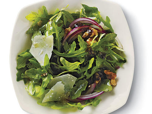 Enjoy the sweet and spicy juxtaposition of flavors in our arugula salad. Chopped walnuts also offer a pleasant crunch and mix-up of textures.