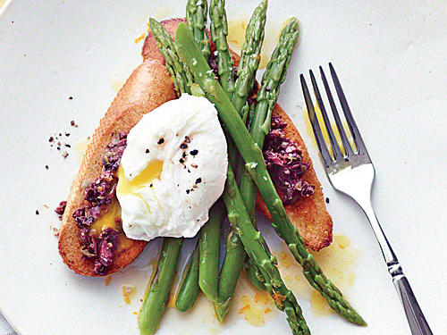 1306 Asparagus Salad with Poached Eggs and Tapenade Toasts