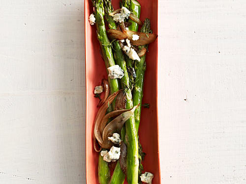 Take your baked asparagus to a whole new level with blue cheese and balsamic onions in just 8 easy steps.