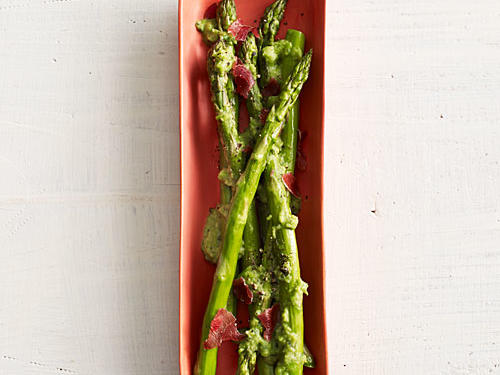 If you like a hearty side with your steak, try this asparagus with peas and prosciutto. The prosciutto accompaniment makes the dish pair nicely with a medium-bodied red wine (think Nebbiolo).