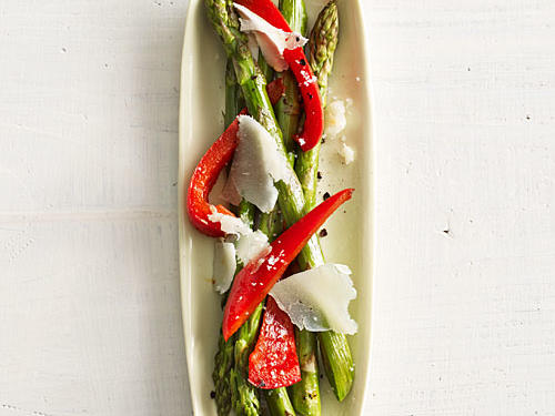Give your asparagus a Spanish twist for dinner with this quick and easy recipe.