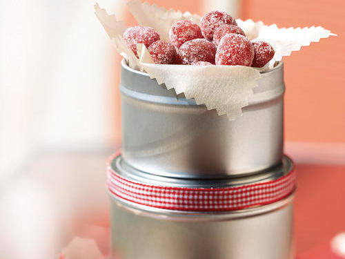 Wrap items properly. Baked goods should be tightly covered in plastic wrap and then put in decorative packaging, such as colorful wax paper, cellophane, or tissue paper. If you're sending items by mail, make your packages sturdy. Wrap glass containers in a layer of bubble wrap; ensure the lid has a tight seal to prevent leaks.