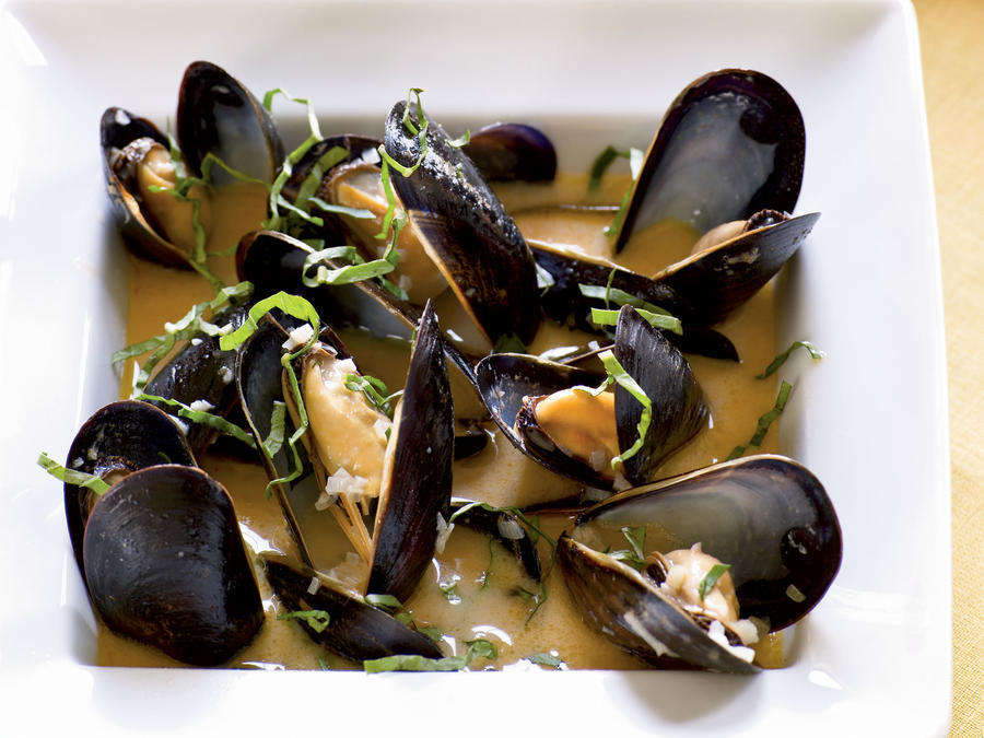 Coconut and Basil Steamed Mussels
